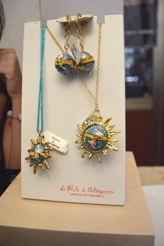 """Ciondolo """"SOLE"""" grande azzurro con catena placcata oro"""