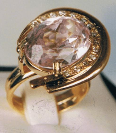 Anello in oro e pietra preziosa