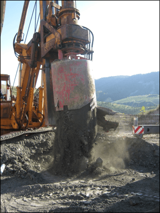 Scarico material per la realizzazione pali presso ponte Geremia