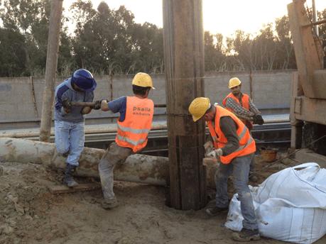 Posa di tubi di rivestimento per la realizzazione di un pozzo presso al Raffineria di Gela