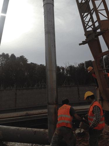 Posa del casing in acciaio per un pozzo presso la raffineria di Gela
