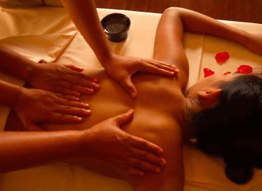 donna su lettino durante massaggio a quattro mani
