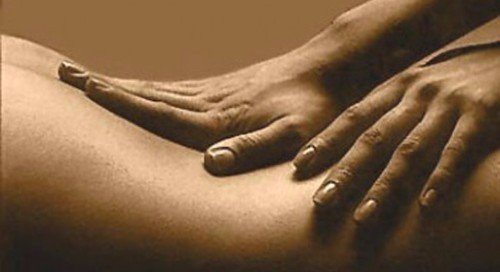estetista esegue massaggio circolatorio