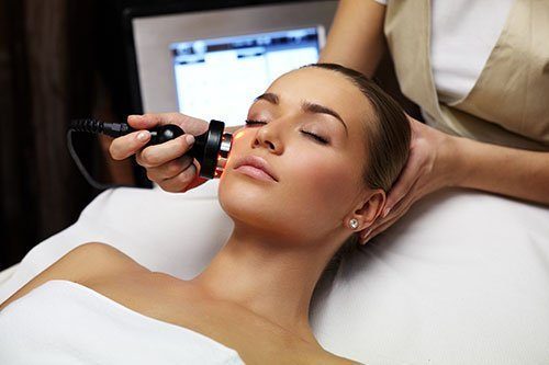 donna si sottopone a trattamento estetico per il viso