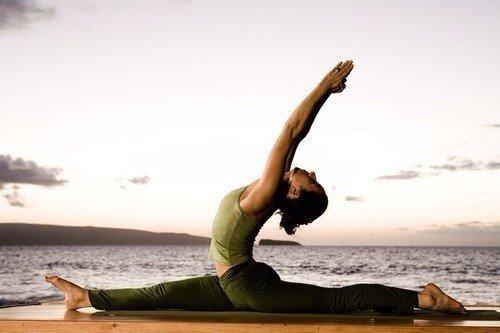 donna esegue esercizio di yoga