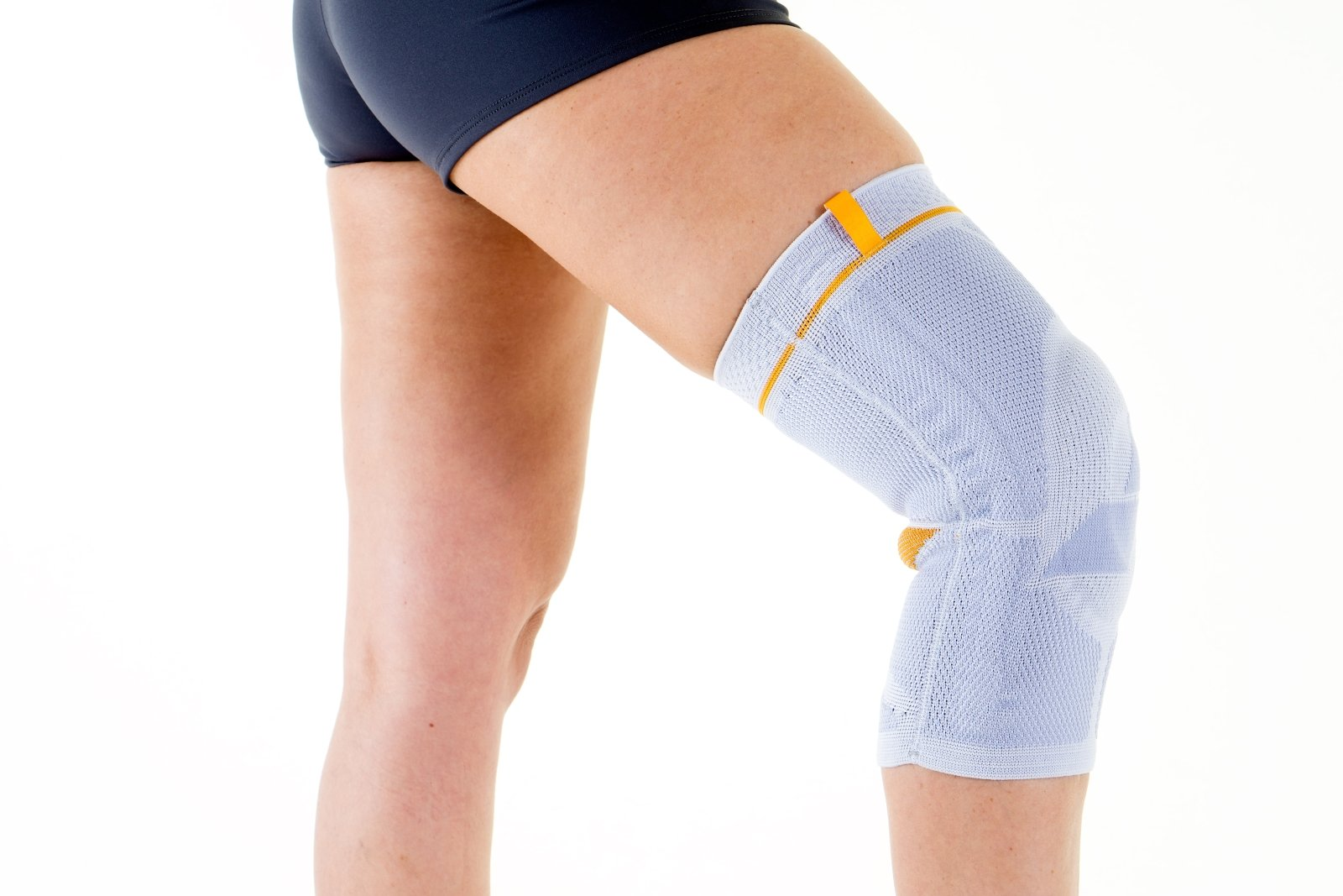 Chiudere, su, donna, usando, elastico, flessibile, sostegno, ortopedico, gancio, piegato, ginocchio