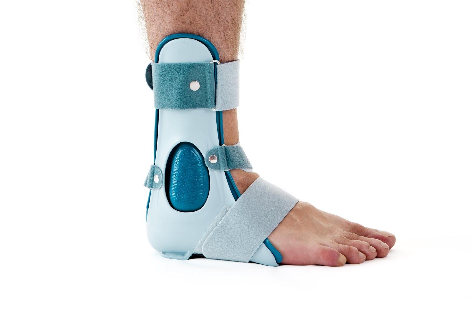 Chiudere, su, uomo, portare, sostegno, caviglia, cast, brace, assicurato, cinghie velcro