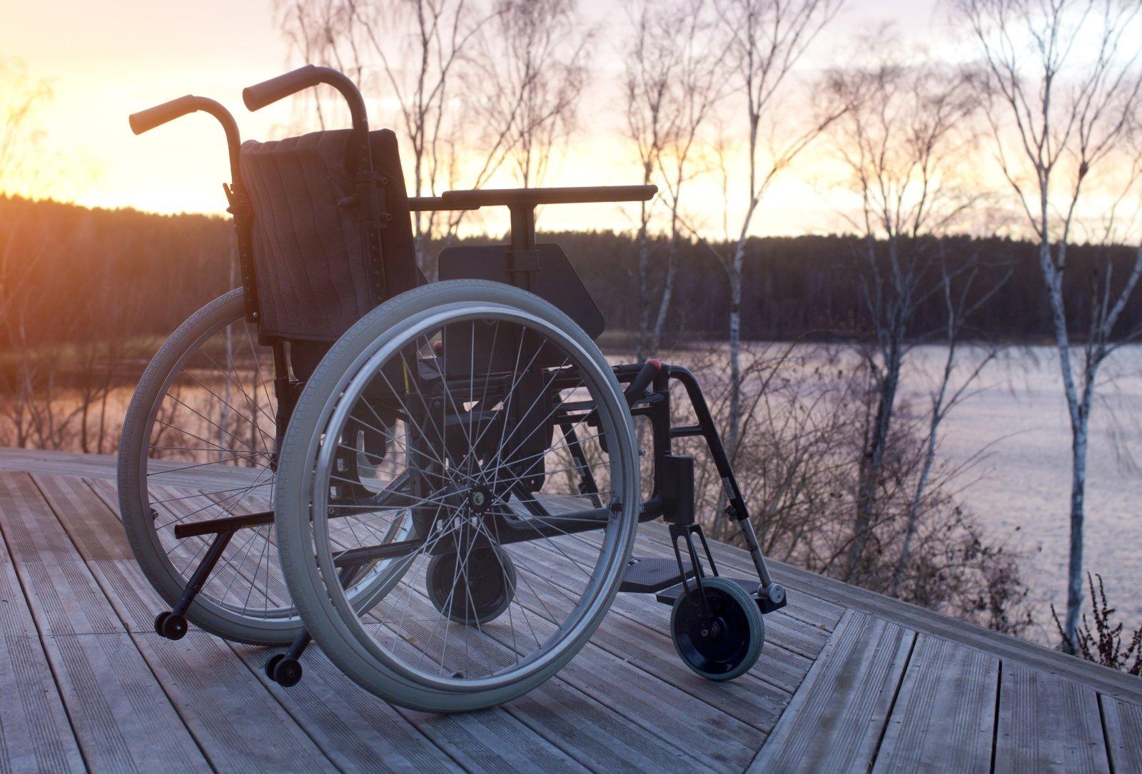 Sedia a rotelle vuota in piedi in un parco