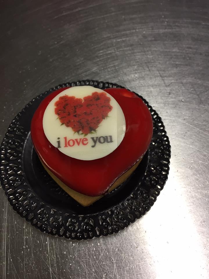 un tortino a forma di cuore con scritto i love you