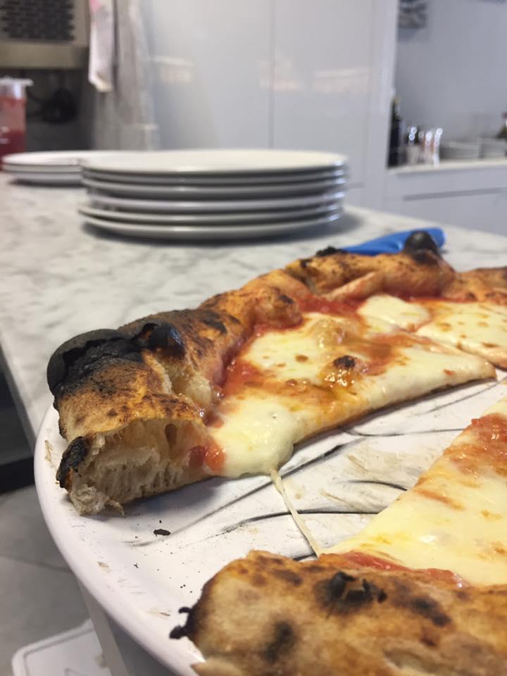 una pizza margherita con cipolle