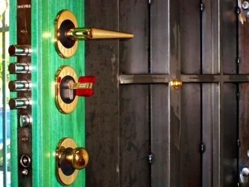 chiusura porta blindata a due cilindri