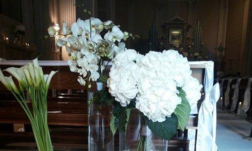 una composizione di rose bianche e ortensie