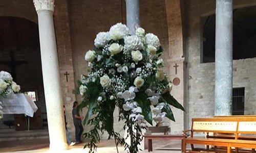 delle rose e ortensie di color bianco