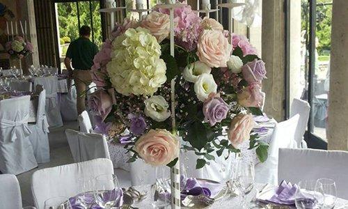 Dei vasi di vetro con dei fiori bianchi