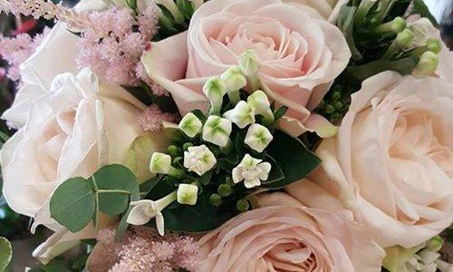 un tavolo con dei bicchieri e decorazioni con dei nastri e fiori