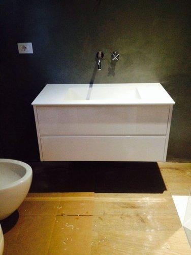 vista frontale di un lavello in bagno