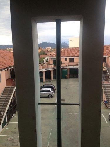 vista tra le pareti di un edificio