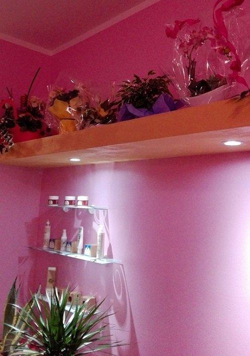 una mensola con sopra delle composizioni di fiori