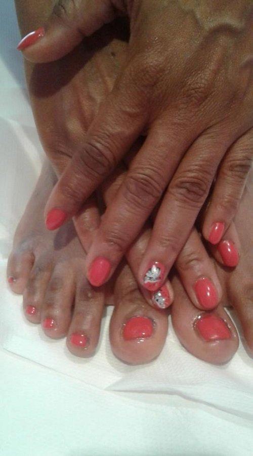 mani e piedi con con dello smalto rosa  le unghie