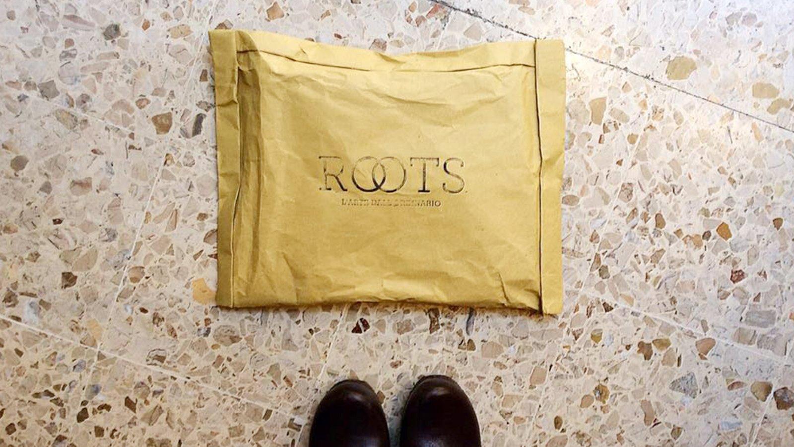 pacchetto con scritta ROOTS - L'ARTE DALL'ORDINARIO