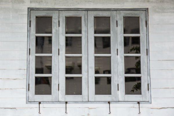 finestra bianca di legno