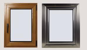 una finestra di legno e una finestra di metallo