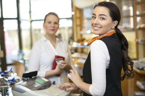 Commessa e cliente durante un pagamento