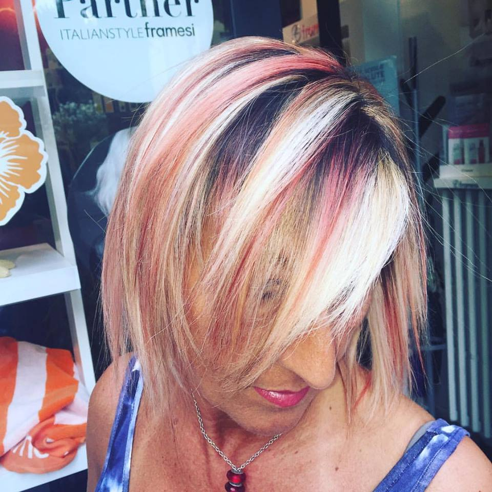 Acconciatura donna con mesches e tinta creativa