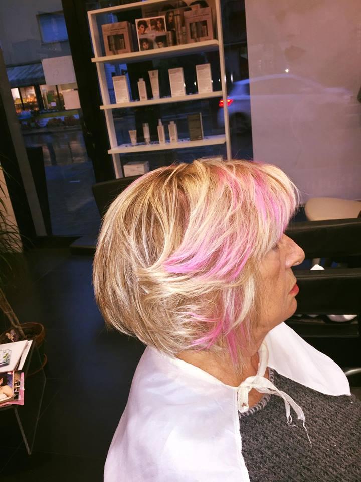 Colorazione biondo rosa per capello corto