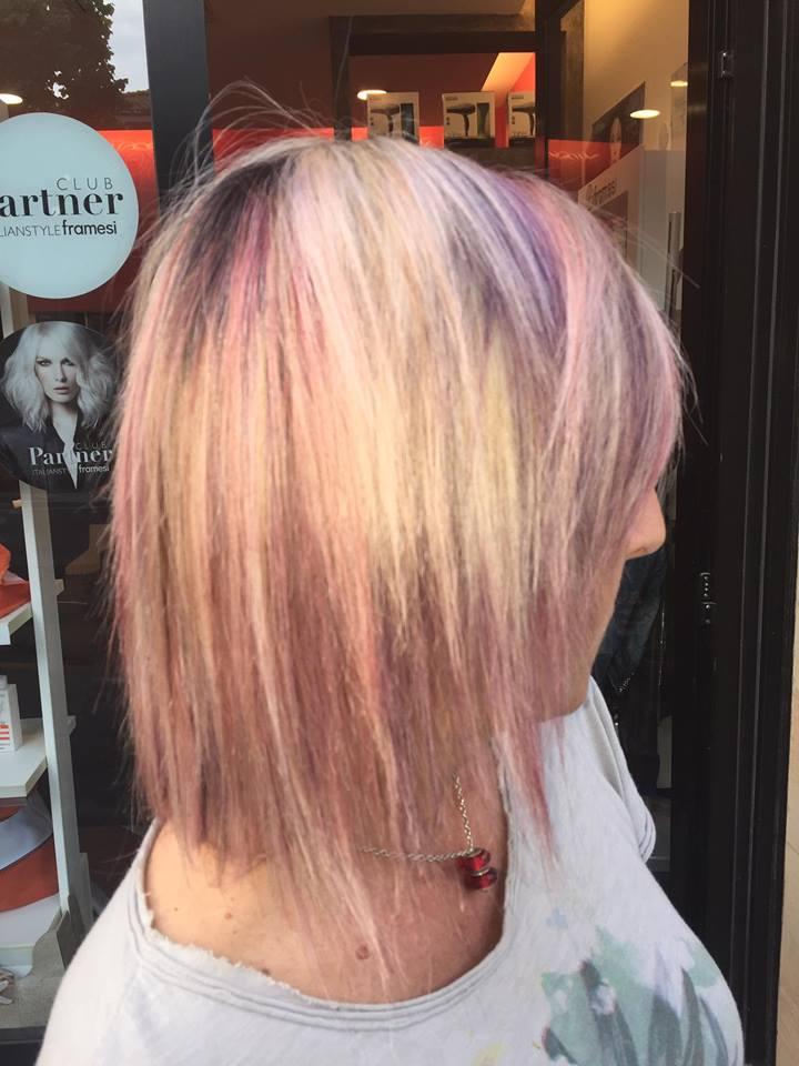tinta rosa su capello corto biondo