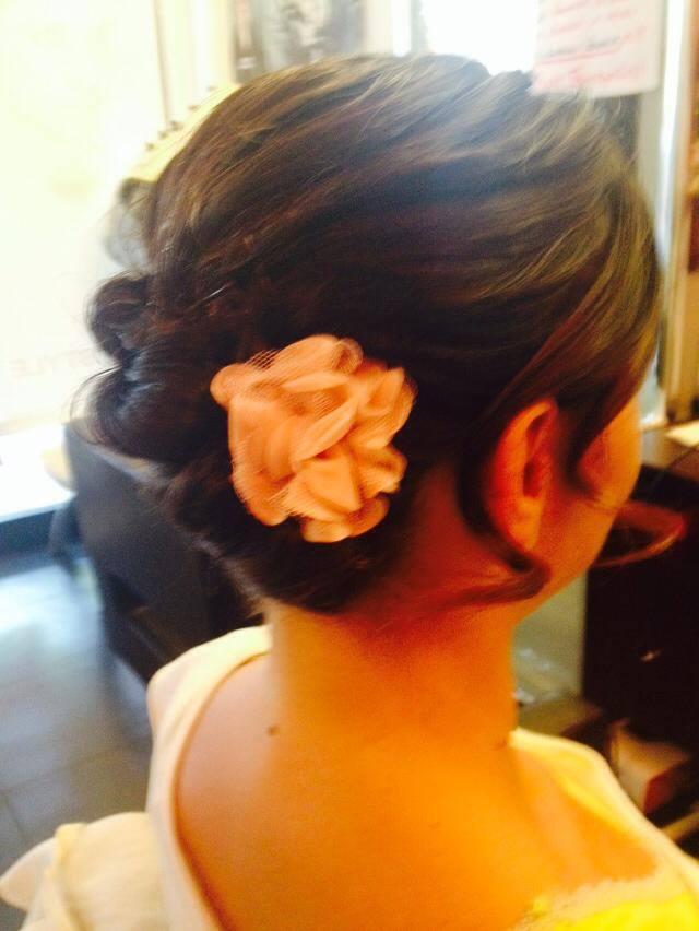Acconciatura da sposa con motivo floreale