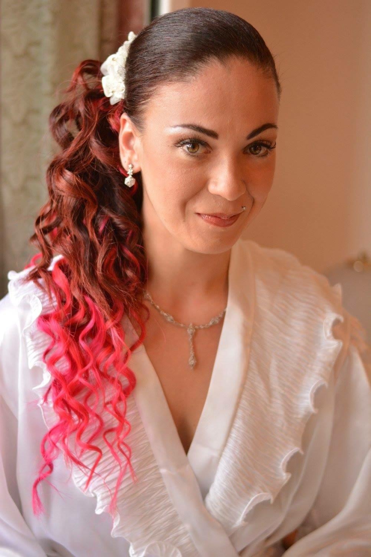 Acconciatura da sposa capelli ricci e tinta rosso fuoco