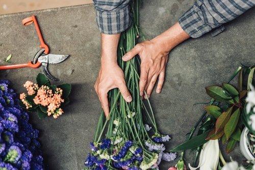 fioraio che raggruppa dei fiori a stelo lungo