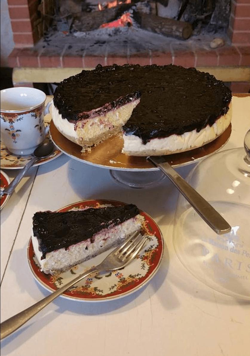 torta ai frutti di bosco  con una fetta nel piatto