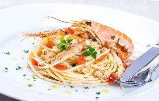 piato di pesce e gamberi