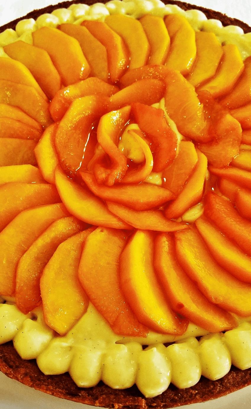 vista frontale di una torta con pesche
