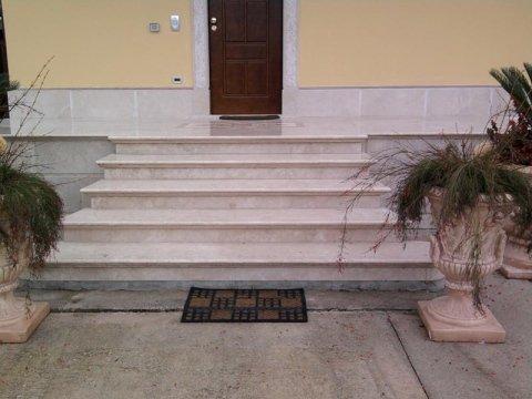 scala in marmo bianco