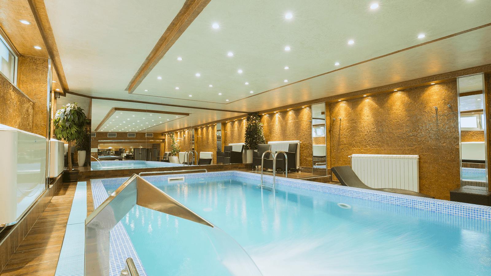 una piscina di lusso all'interno