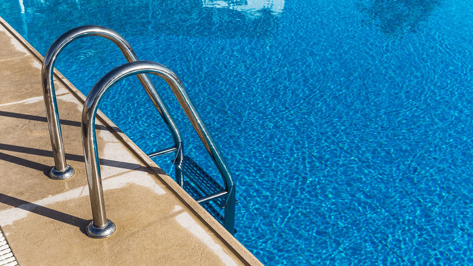 una scaletta di una piscina