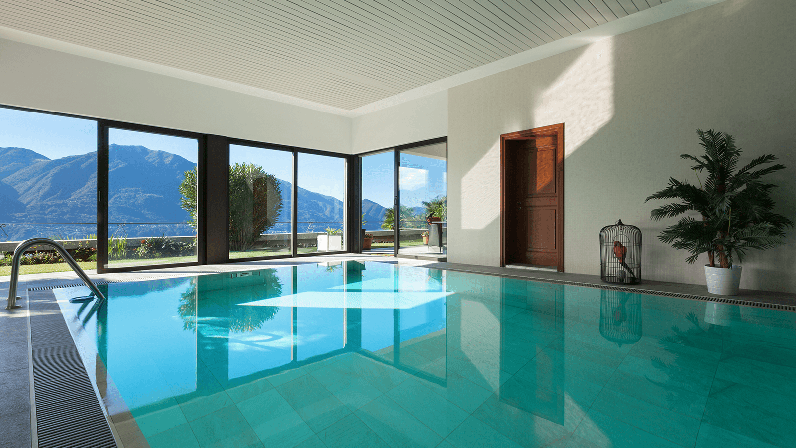 una piscina in una casa
