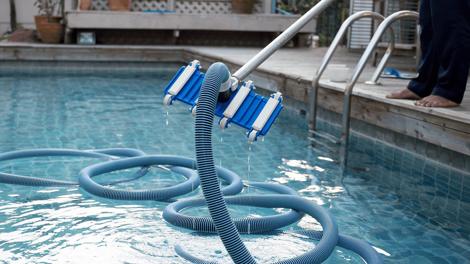 un accessorio per pulire la piscina