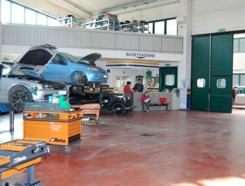 riparazione auto azzurra