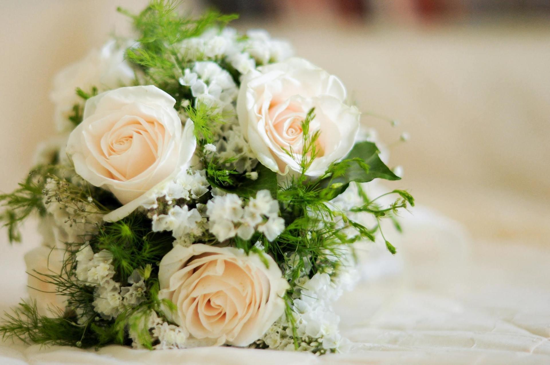 Bouquet da sposa con rose e nebbiolina