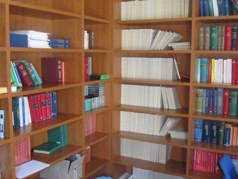 scaffale con libri