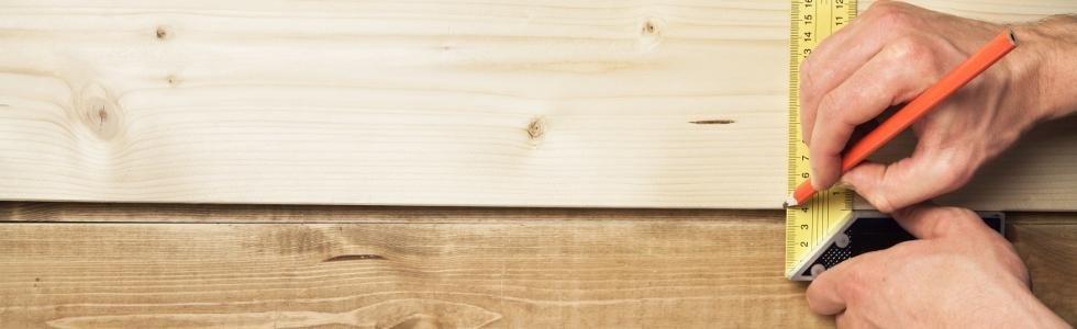 Prendere le misure con il metro sul legno