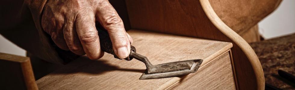 Levigando il legno a mano
