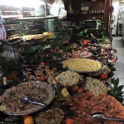 Buffet di insalate, frutti di mare, insaccato e formaggi