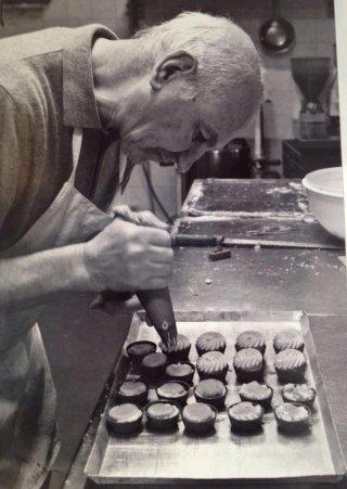 pasticcere guarnisce tortine