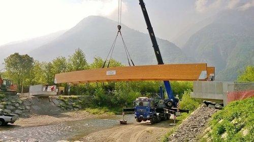 autogru mentre sposta un pannello in legno di grandi dimensioni
