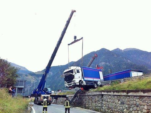operai al lavoro e autogru mentre solleva un camion